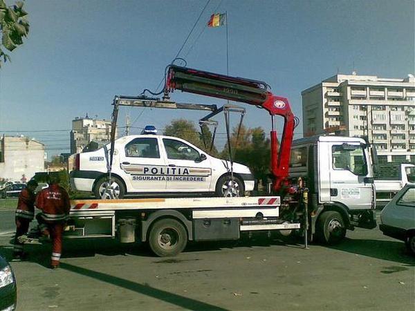 Masina de Politie ridicata pentru parcare ilegala