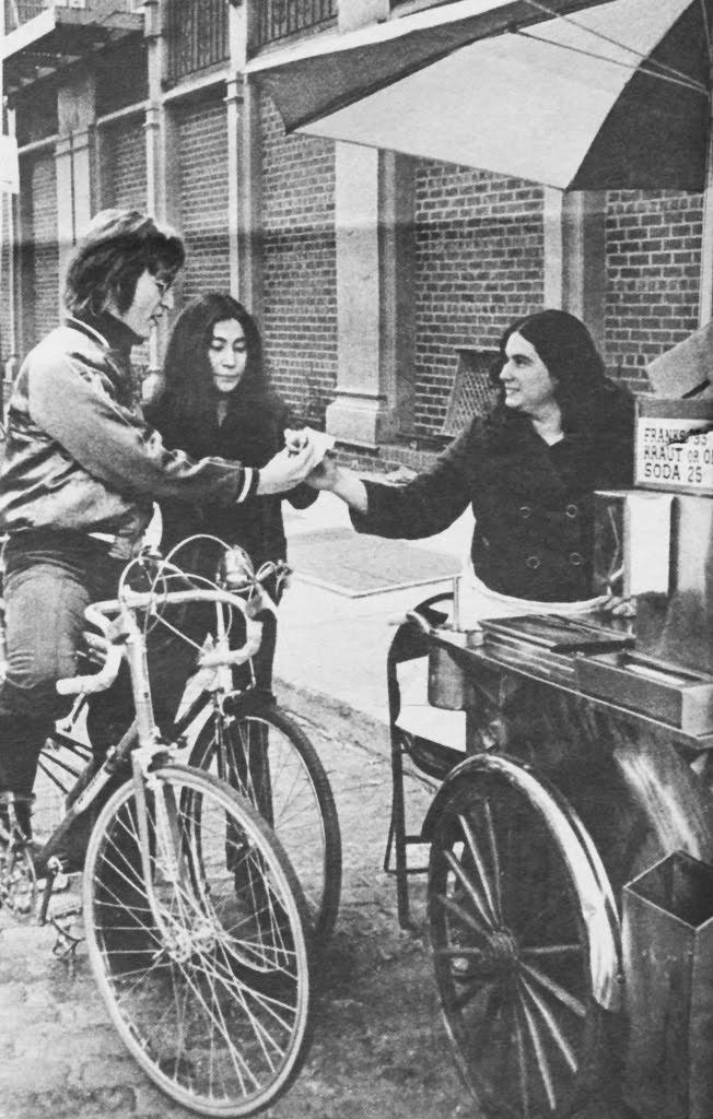 John Lenon si Yoko Ono pe biciclete