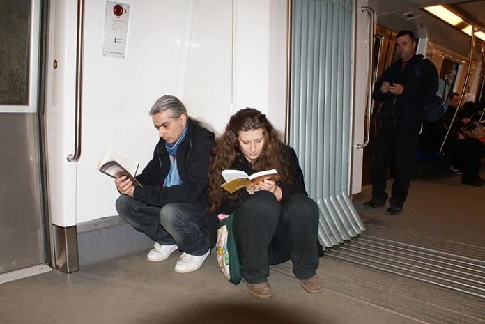 Cuplu citind in metrou la Lecturi Urbane