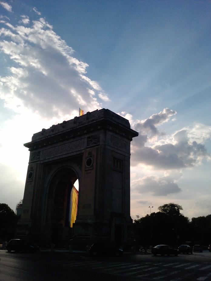 Foto apus de soare la Arcul de Triumf