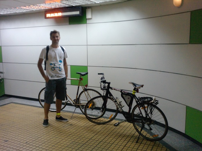Foto cu bicicleta la metrou