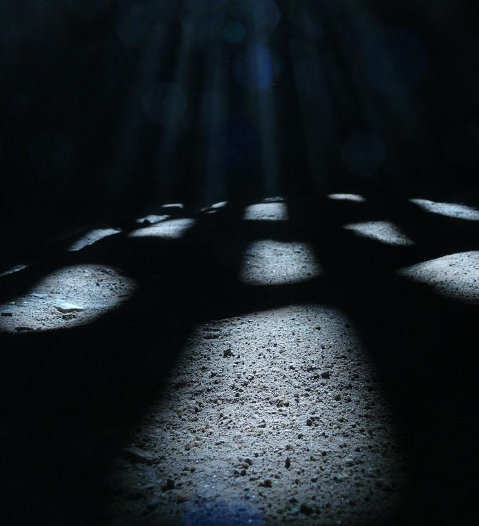 Fotografie lumina filtrata intr-o incapere intunecata