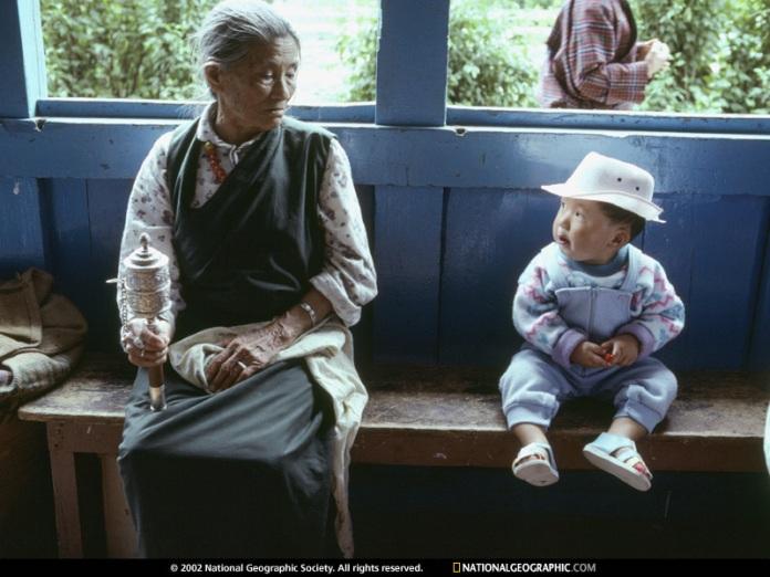 Foto batrana privind un copil