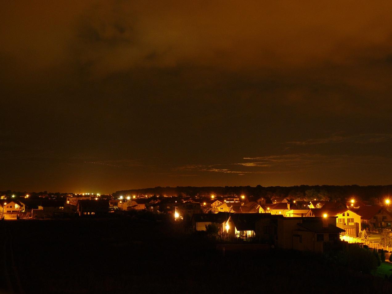 Foto peisaj urban in noapte innorata