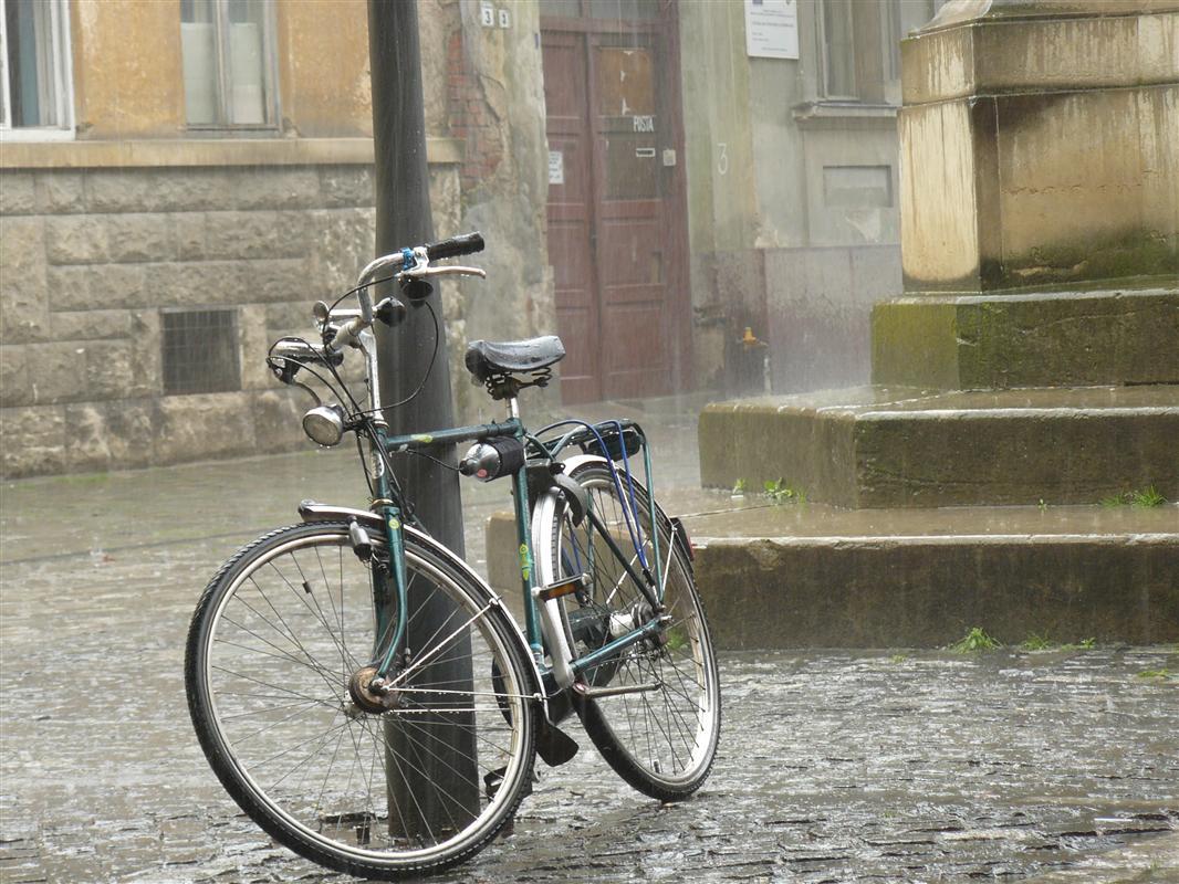 Foto bicicleta in ploaie - Ploaie de noiembrie