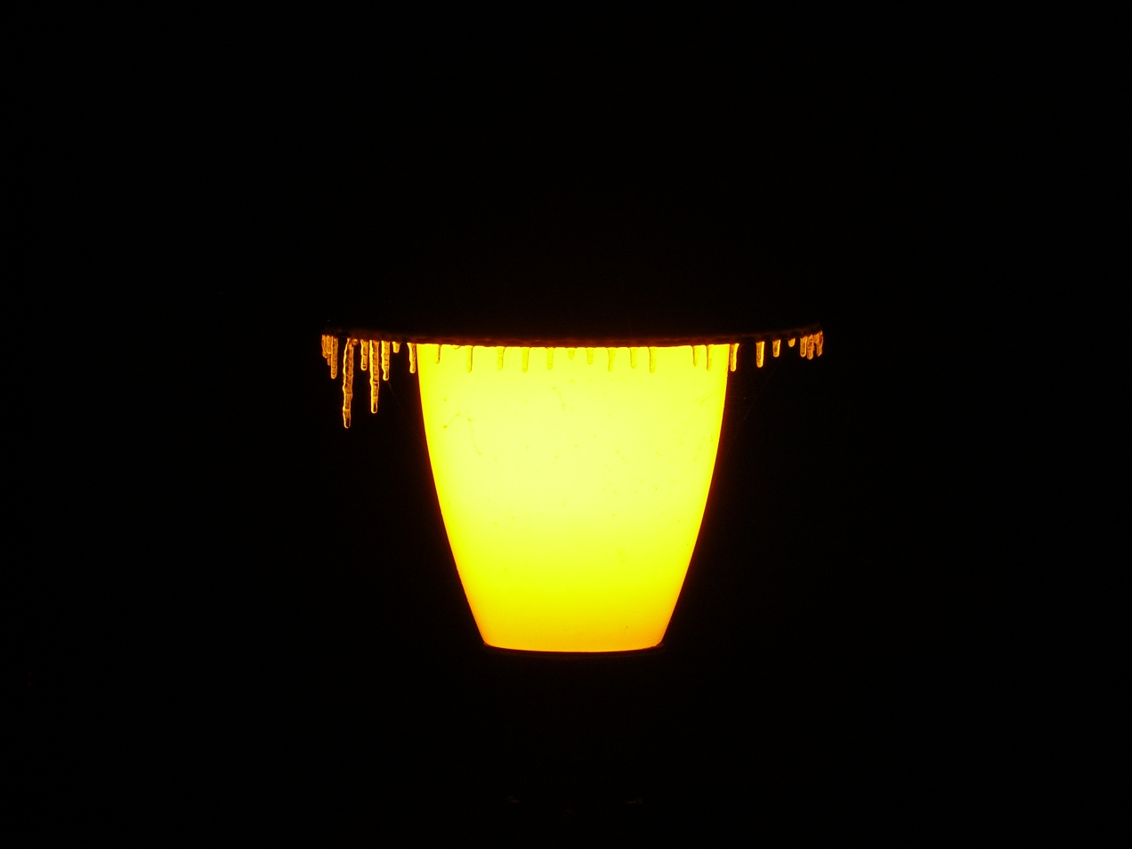 Foto lampadar, lumina si chiciura