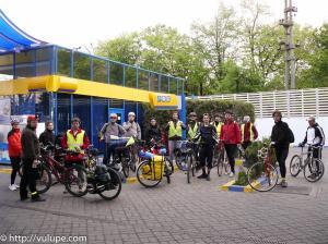 Fotografie toata trupa la plecarea din Bucuresti catre Vama Veche pe biciclete